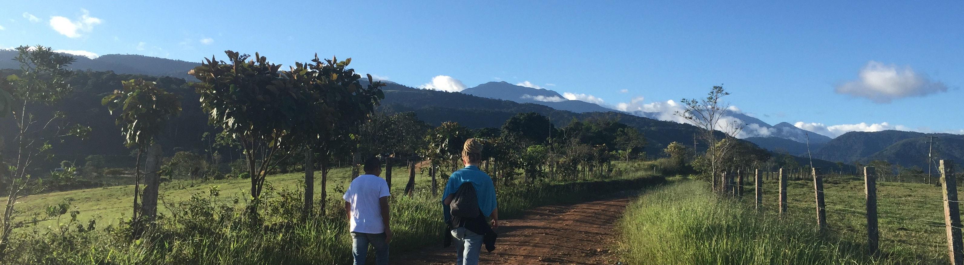 Menschen auf einem Weg in Kolumbien.