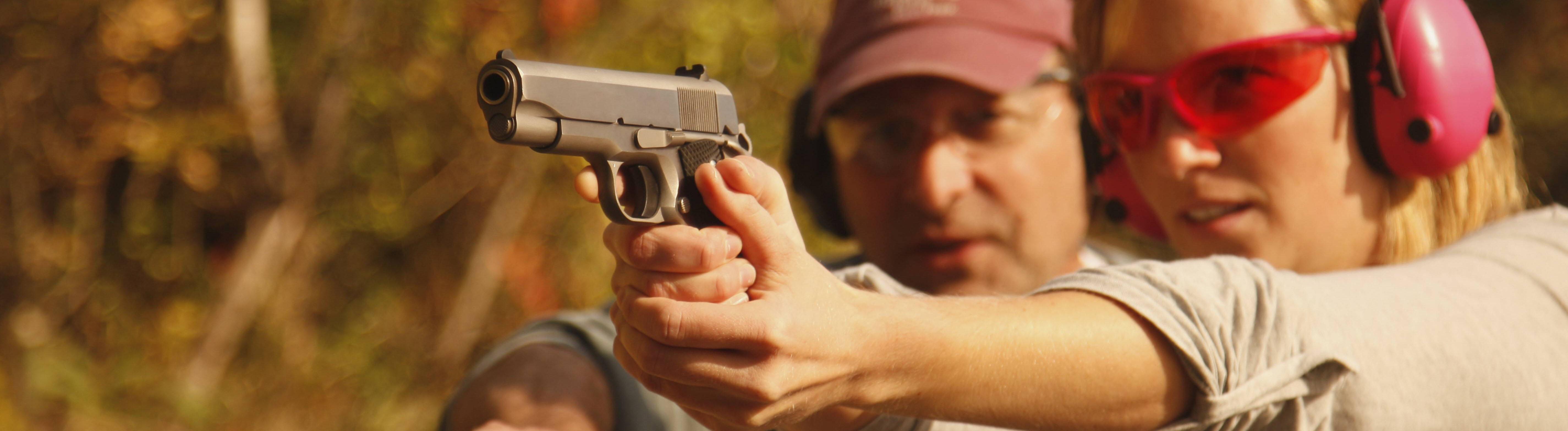 Frau übt in USA an Schusswaffe.