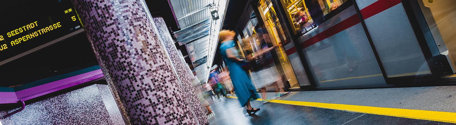 Eine Frau steigt in Wien in eine U-Bahnlinie ein.