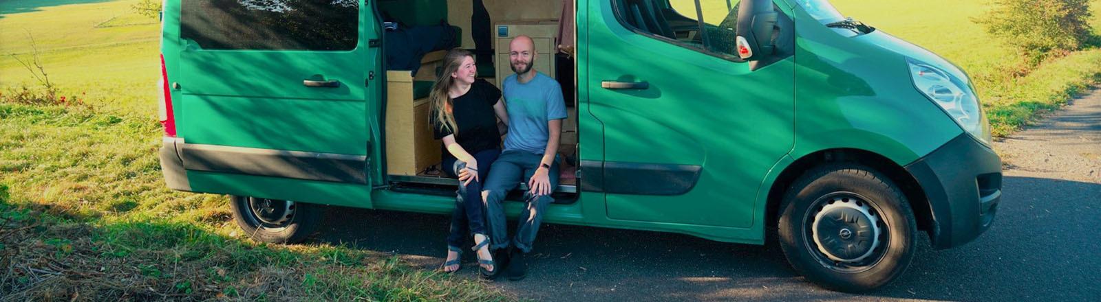 Julia und Helge Kunze in ihrem Transporter