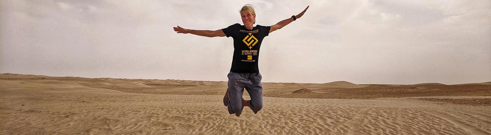 Die Ultraläuferin Judith Havers macht einen Luftsprung mitten in der Wüste: Sie ist Siegerin des Ultra Mirage El Djerid 2020.