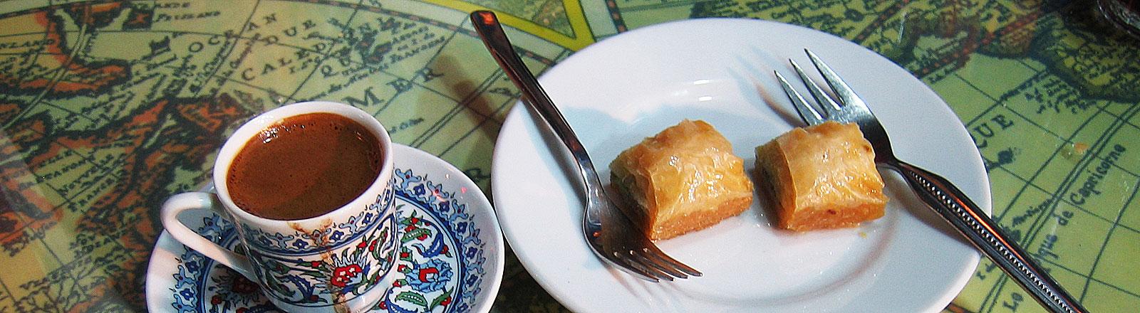 Zwei Tassen Mokka und Baklava stehen in einem Cafe in Istanbul, Bild: dpa