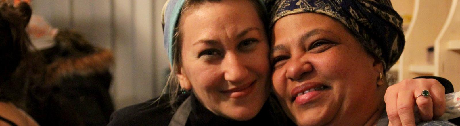 Zwei Frauen bei kitchen on the run strahlen.