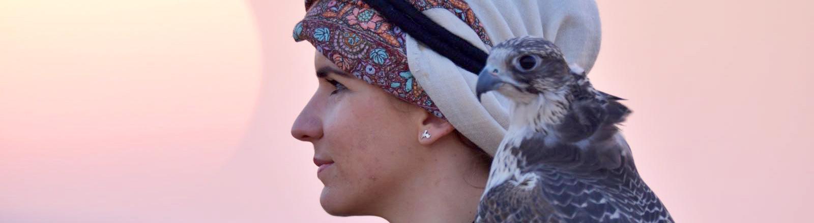 Porträt Falknerin Laura Wrede