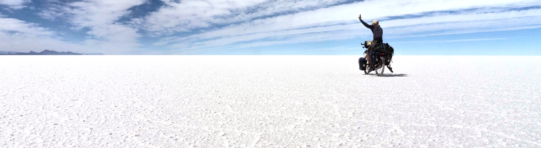 Jan Hörster auf dem Rad durch die Salzwüste Salar de Uyuni.