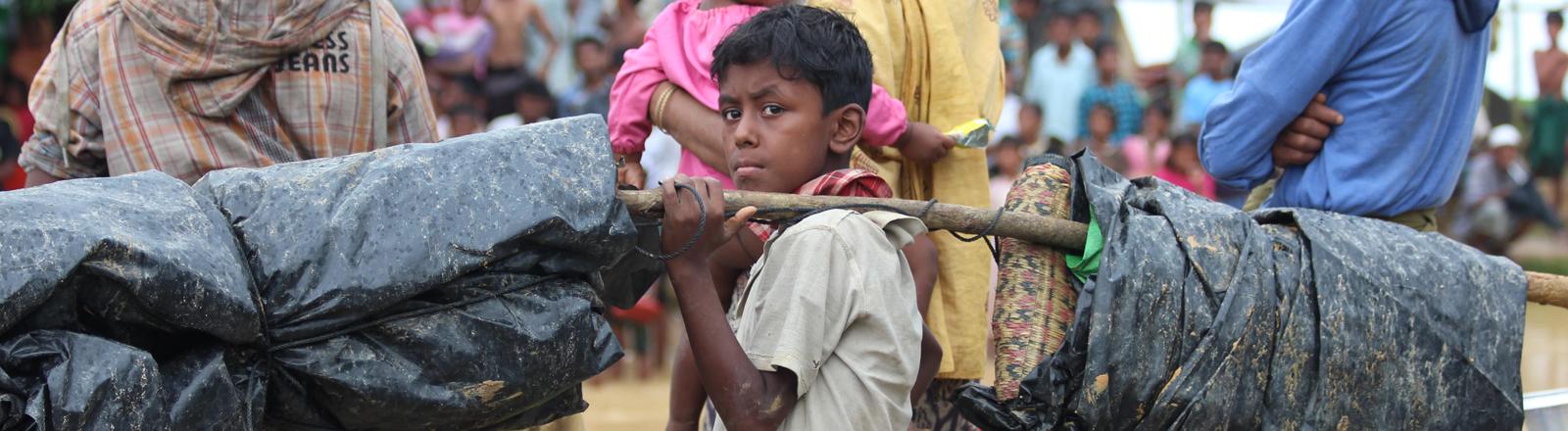 Flucht nach Bangladesch. Auch für die Kinder bleibt keine Zeit zum Ausruhen.