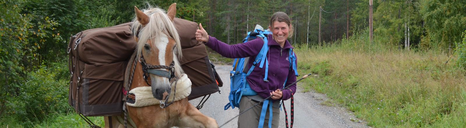 Fußmarsch von Lappland nach Wewelsfleth - Sarah Langmaack mit Pferd und Hund.