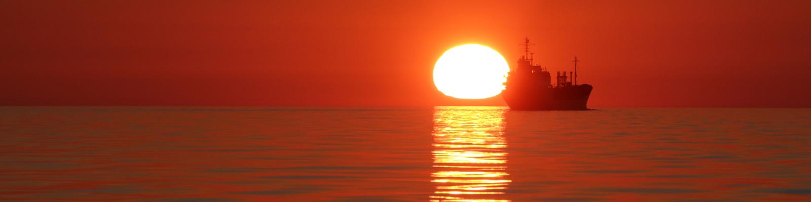 Schiff fährt in den Sonnenuntergang