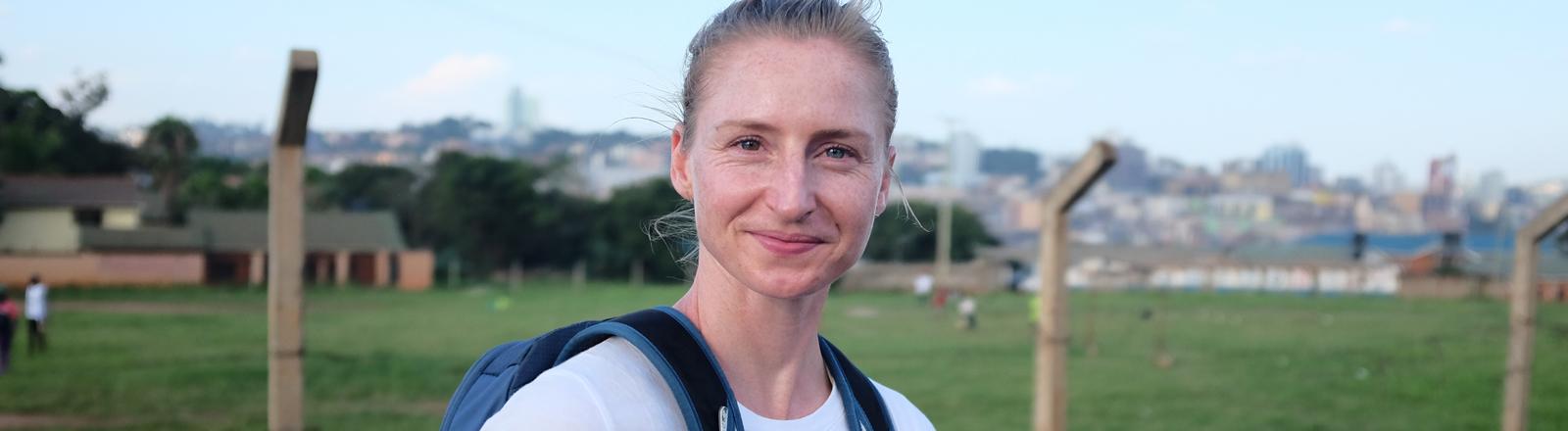 Hanna Berger mit Rucksack in Uganda