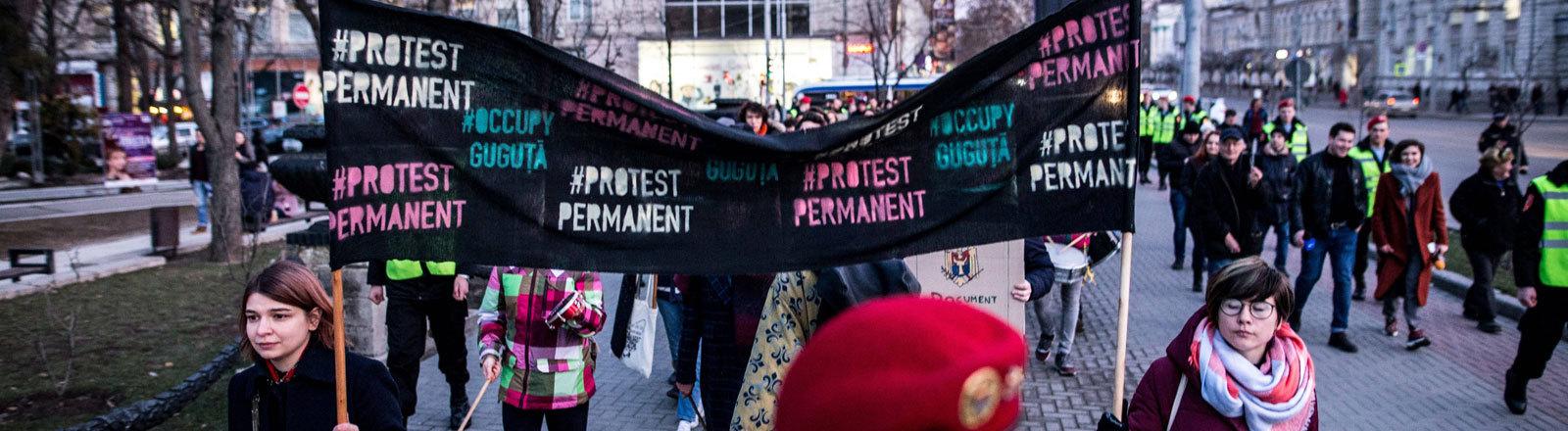 Junge Moldauer protestieren.