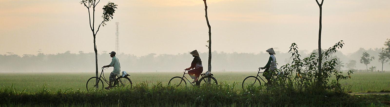 Menschen fahren Rad auf Kebumen, Indonesien.