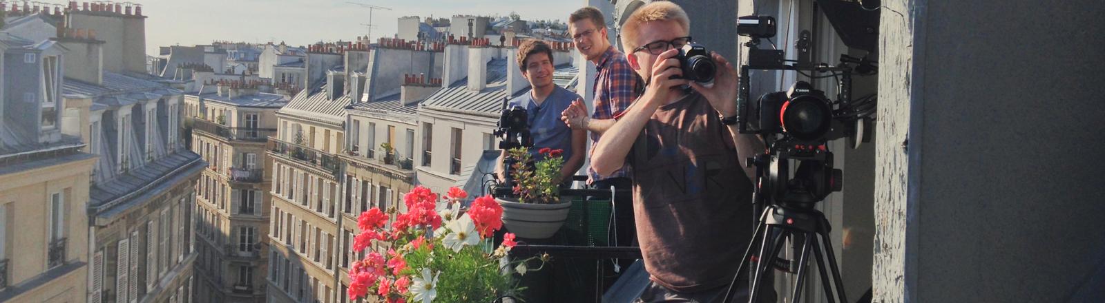 Dreharbeiten auf einem Balkon in Paris