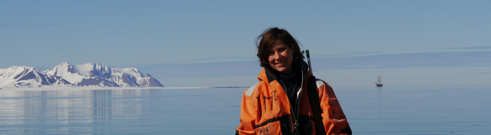 Porträt von Verena Mohaupt vor Eisbergen
