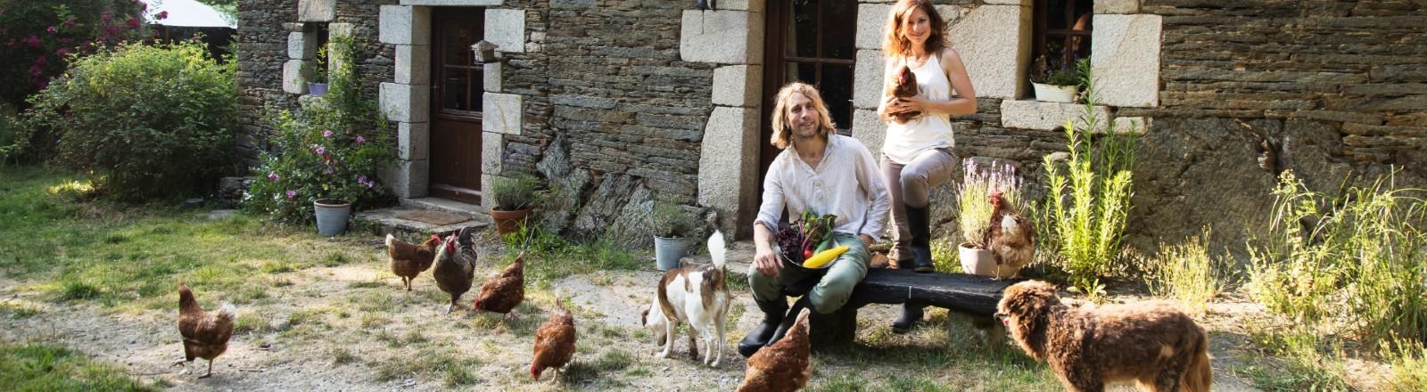 Regine Rompa und Anton vor ihrem Hof in der Bretagne