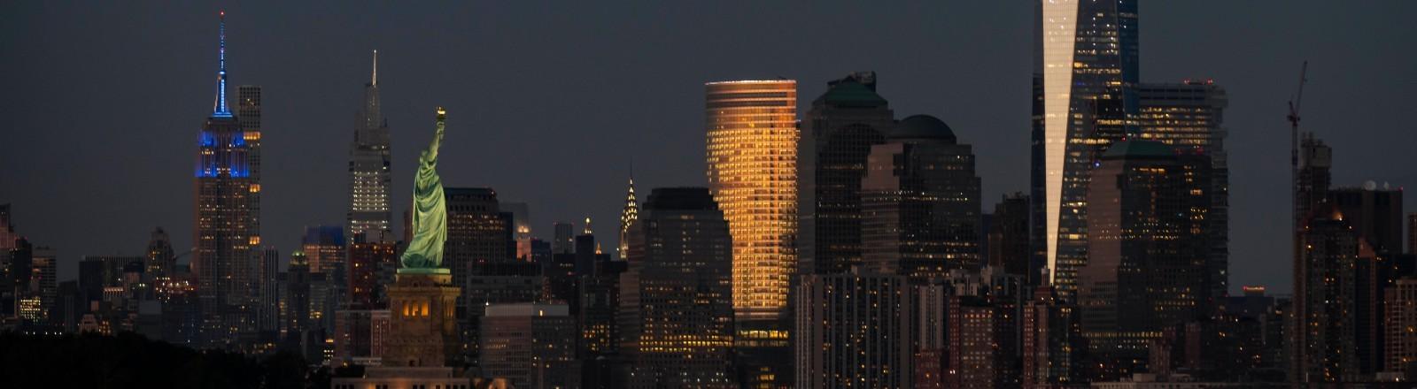 Die Skyline von New York City mit der Freiheitsstatue und dem Gebäude One World Trade Center