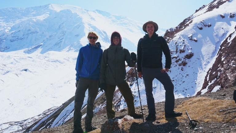 Backpacker Lorenz Baumann mit seinen zwei Freunden beim Wandern am Fuße des Pik Lenin in Kirgistan.