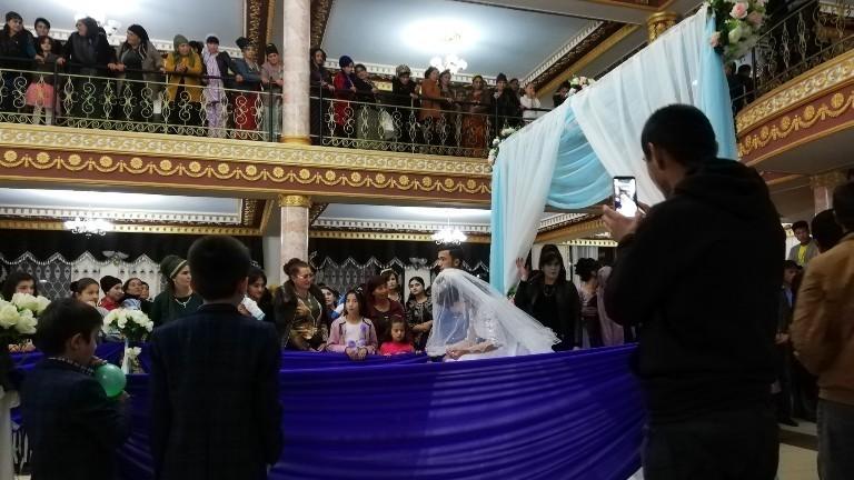 Backpacker Lorenz Baumann und seine Freunde waren zu Gast auf einer usbekischen Hochzeit.