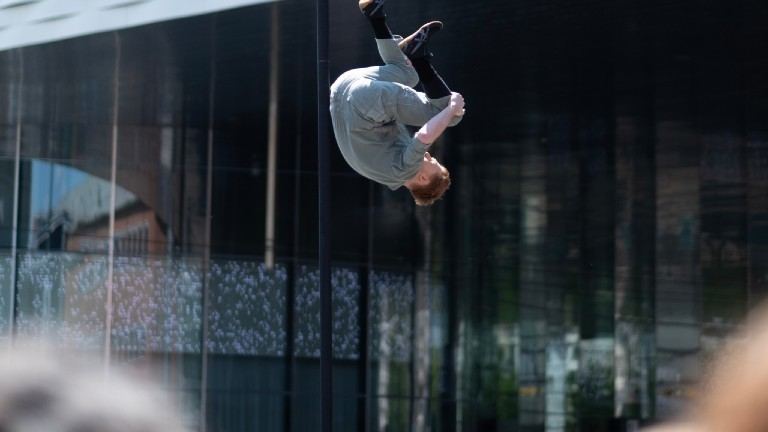 Martin Riedel bei einem Trick am Chinesischen Mast