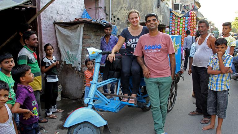 Christina Franzisket und Nagender Chhikara mit ihrer Motorrikscha