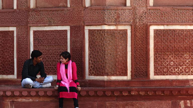 Ein Paar trifft sich am Roten Fort in Agra, Indien.
