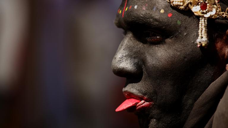 Portrait eines als die Göttin Kaaali verkleideten Bettlers (Indien)