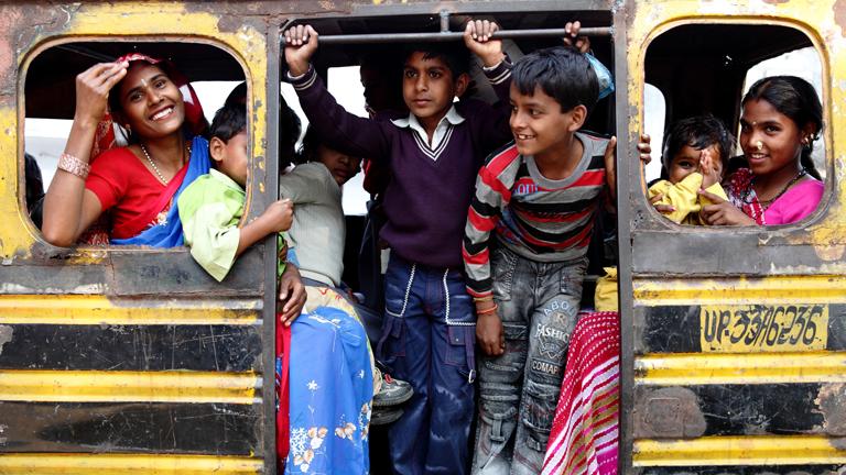 Frauen und Kinder in einem Bus
