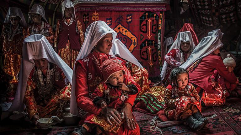 Frauen und Kinder in einer Jurte im Pamir