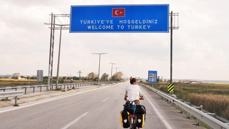 Geraldine Schüle überquert mit dem Fahrrad die Grenze zur Türkei.