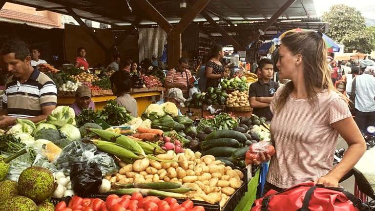 Geraldine Schüle auf einem Gemüsemarkt in Guatemala
