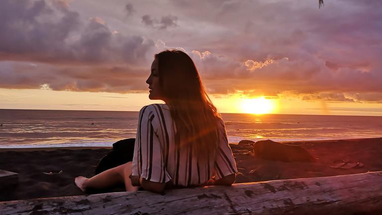Geraldine  Schüle genießt einen Sonnenuntergang am Strand in Costa Rica.