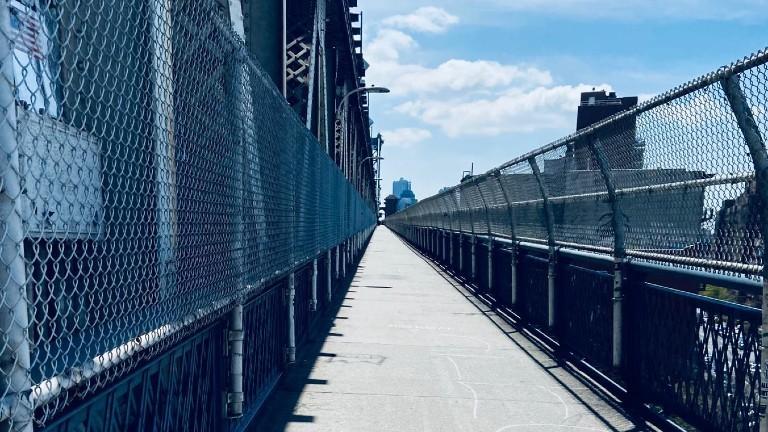 Menschenleere Brücke von Manhattan in einen anderen Stadttel.