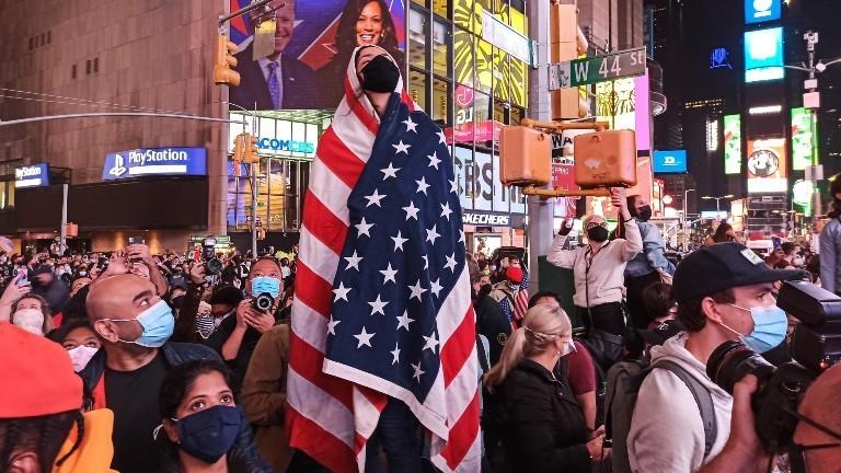 Menschen in New York City nach dem Wahlsieg von Joe Biden und Kamala Harris am 7. November 2020.