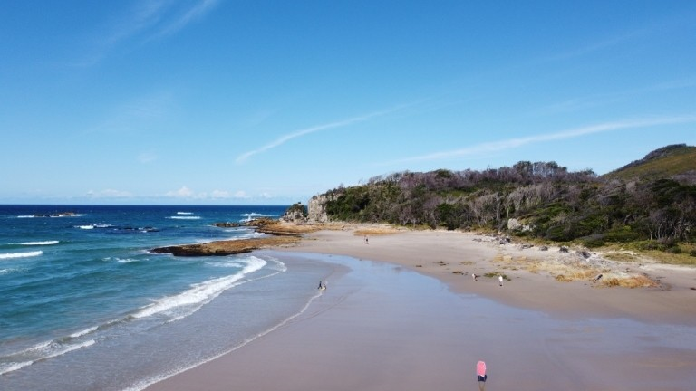 Surfbrett auf dem Weg ins Wasser: Bonny Hills im Council Port Macquarie-Hastings