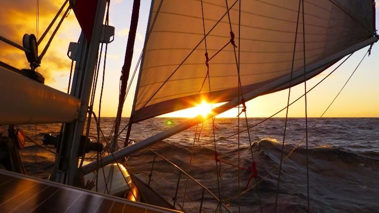 Die Segelyacht Libertalia segelt in Richtung Westen.
