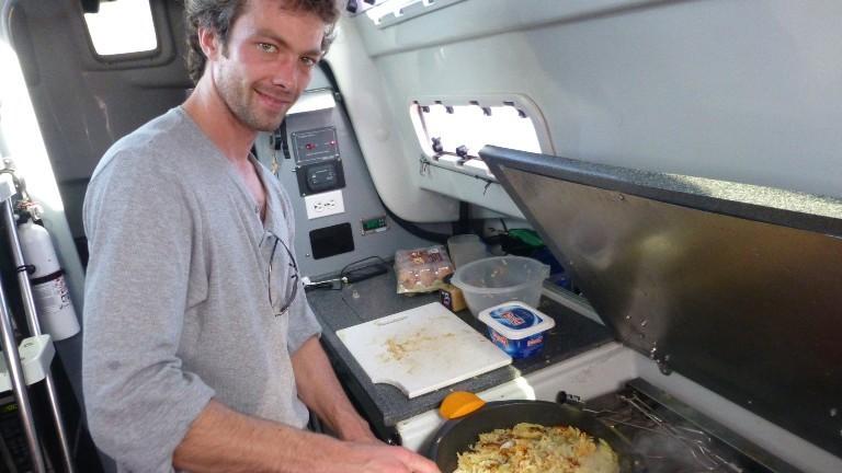 Segelboot-Tramper Timo Peters kocht für die Crewmitglieder.