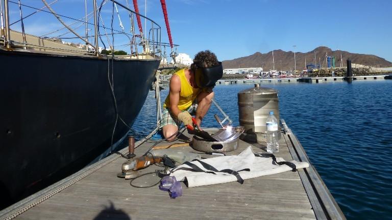 Timo Peters bei Schweißarbeiten im Hafen von Gran Tarajal auf Fuerteventura.