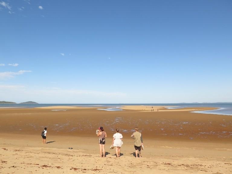 Line und Mitreisenden am Strand bei Mackay
