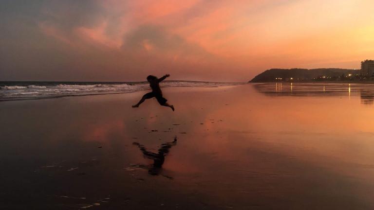 Nic Jordan springt am Meer in die Luft