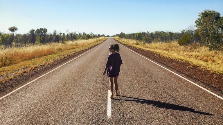 Nic Jordan auf einer langen Straße
