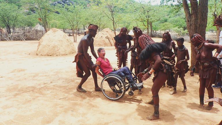 Heike im Rollstuhl bei afrikanischen Ureinwohnern