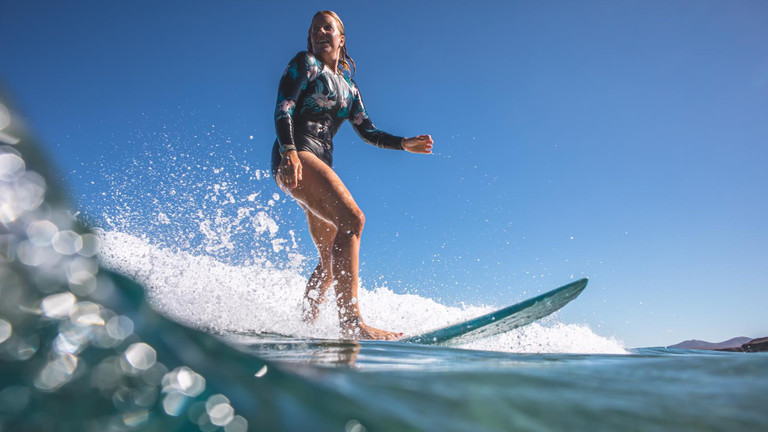 Surflehrerin Angie Ringleb auf dem Board