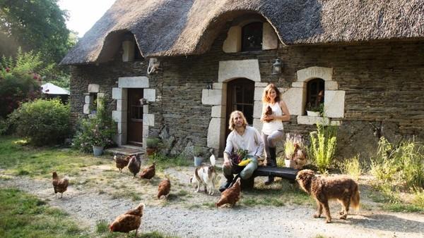 Regine Rompa und Freund Anton vor ihrem Hof in der Bretagne