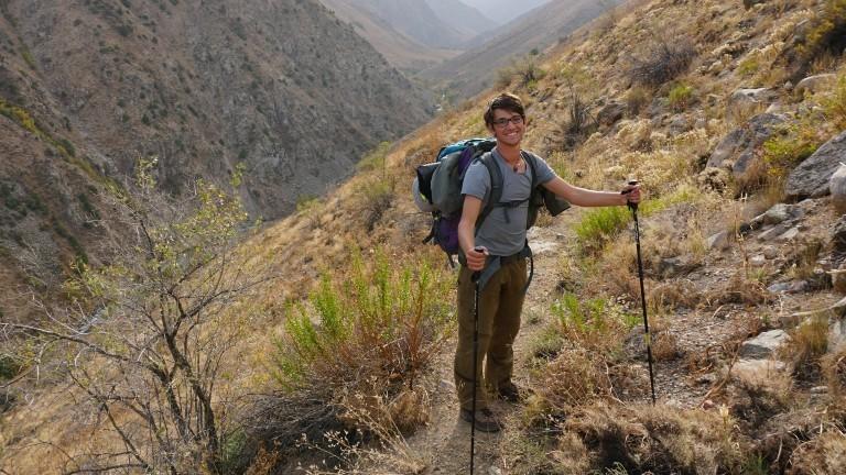 Backpacker Lorenz Baumann beim Wandern in Kirgistan.