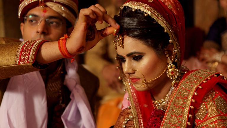 Eine indische Braut in Hochzeitsgewand