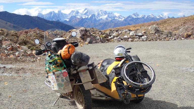 Motorrad mit Beiwagen und festgezurrtem Rollstuhl