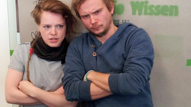 Die Sängerin Wallis Bird steht neben DRadio-Wissen-Moderator Markus Dichmann, beide verschränken die Arme und gucken böse.