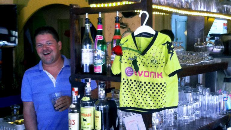 Der Ex-NPD-Chef Holger Apfel steht in seiner Kneipe auf Mallorca.