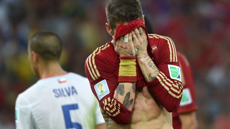 Der spanische Nationalspieler Sergio Ramos ist verzweifelt über die Niederlage gegen Chile (0:2) bei der WM 2014.