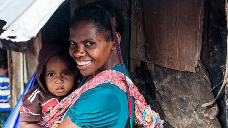 Eine West-Papuaerin mit ihrem Kind.