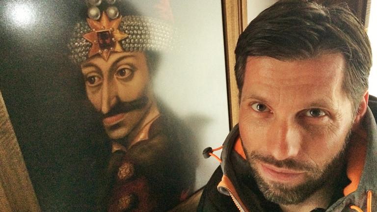 ARD-Korrespondent Till Rüger neben einem Bild von Graf Dracula ARD-Korrespondent Till Rüger Auge in Auge mit dem historischen Vorbild Graf Dracula.